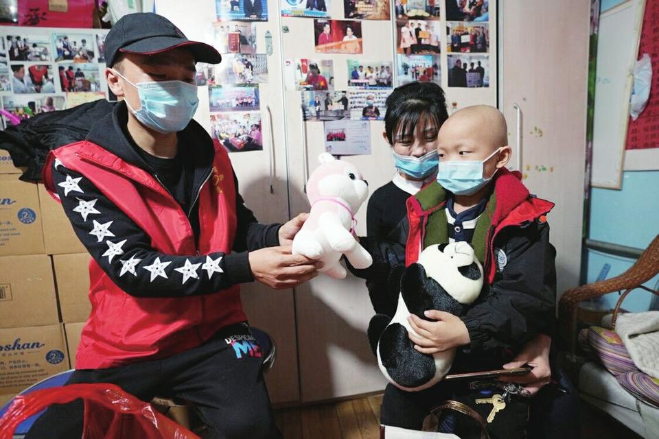 """这些""""小白家庭""""的心愿实现了! """"爱涌泉城""""公益平台送出第一拨爱心物资"""